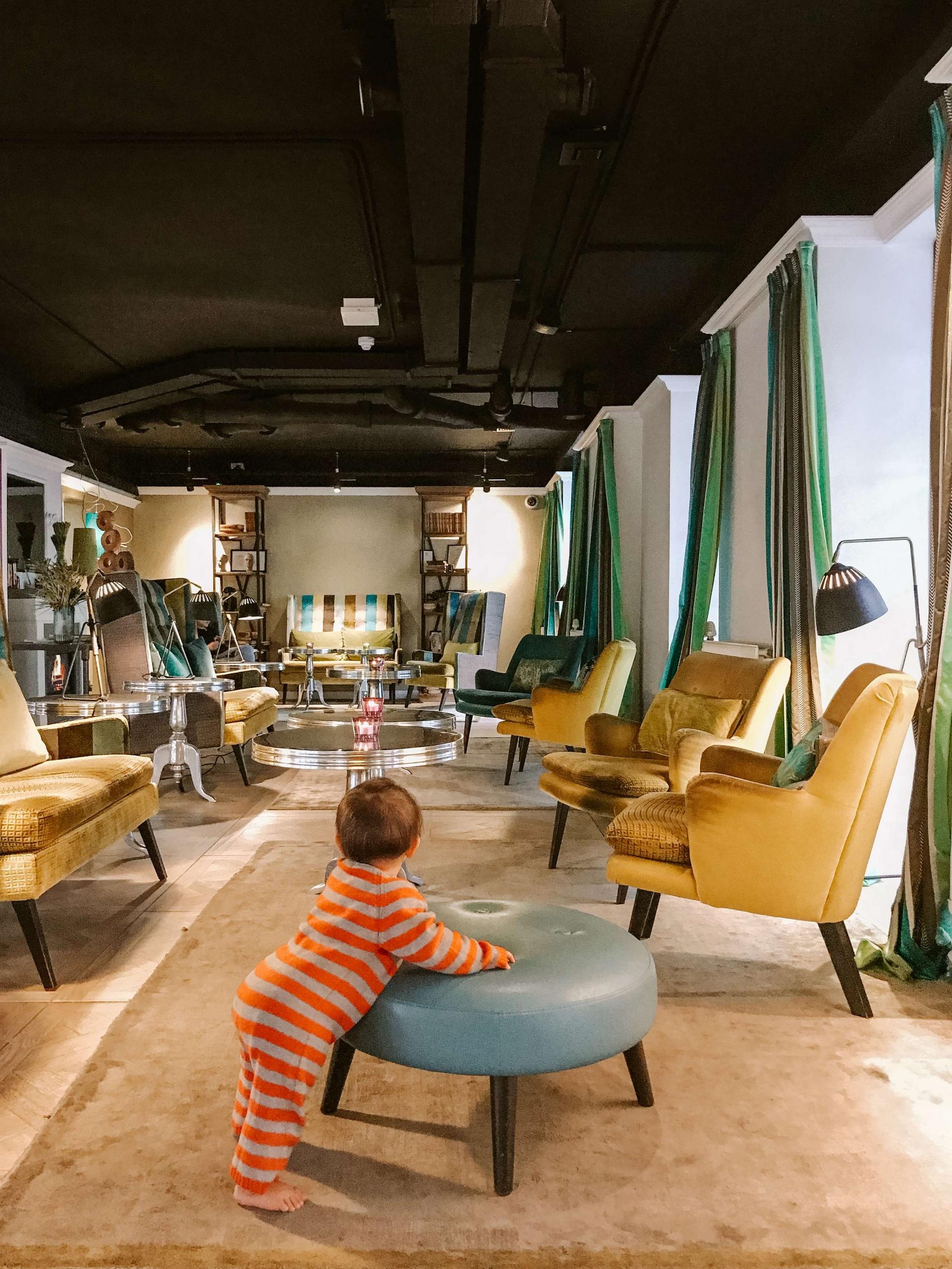 hall Absalon Hotel a Copenhagen con bambina che gioca