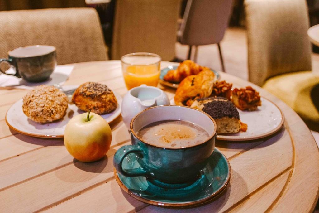 dove dormiore a Copenhagen: Absalon Hotel tavolo con colazione