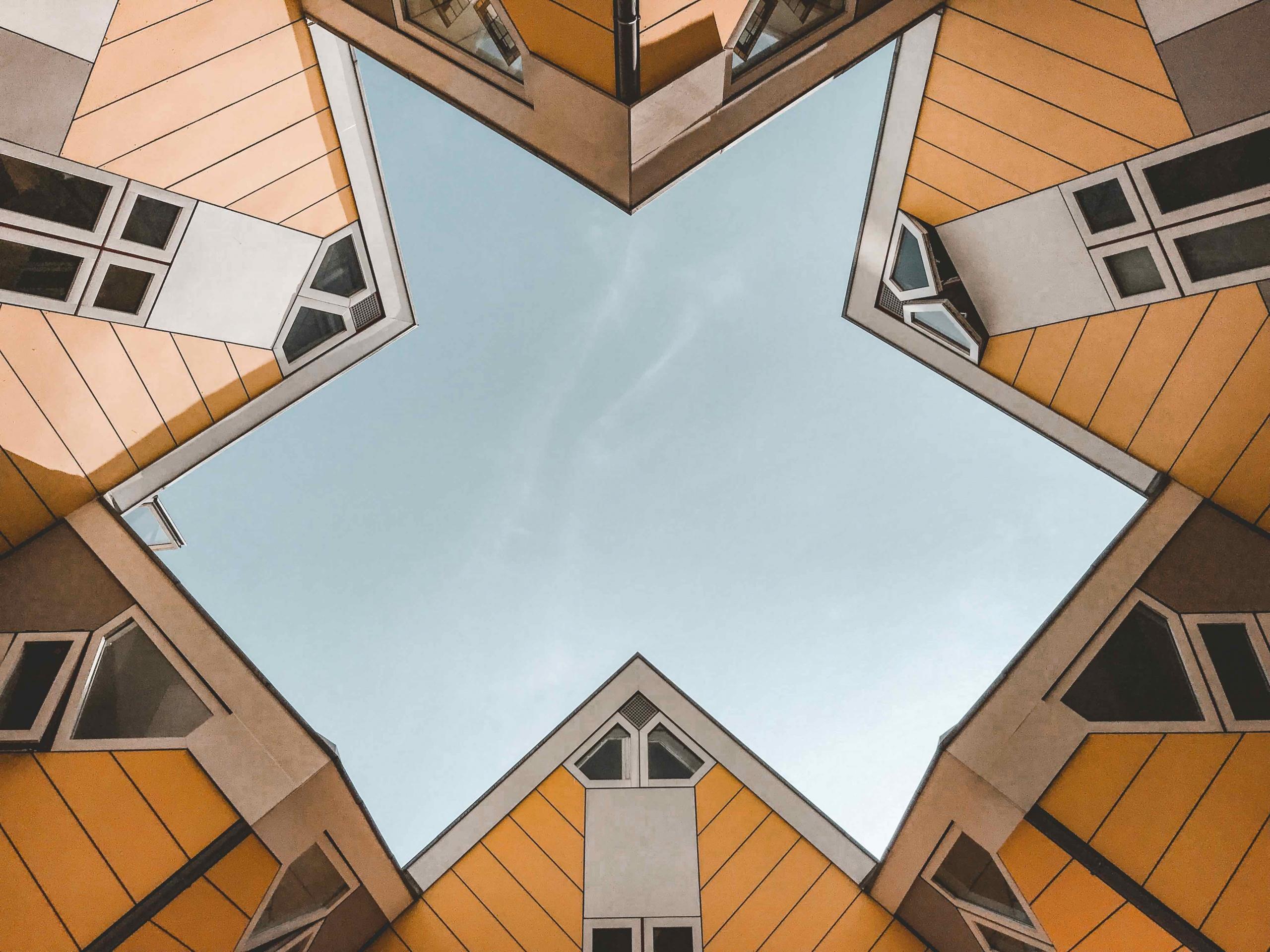 itinerario architettonico di Rotterdam: vista dal basso delle case cubiche