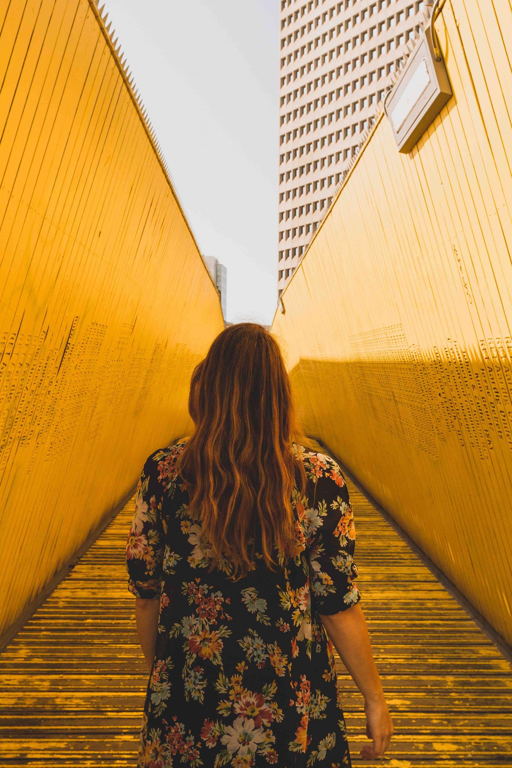 itinerario architettonico di Rotterdam: visita al passaggio pedonale giallo