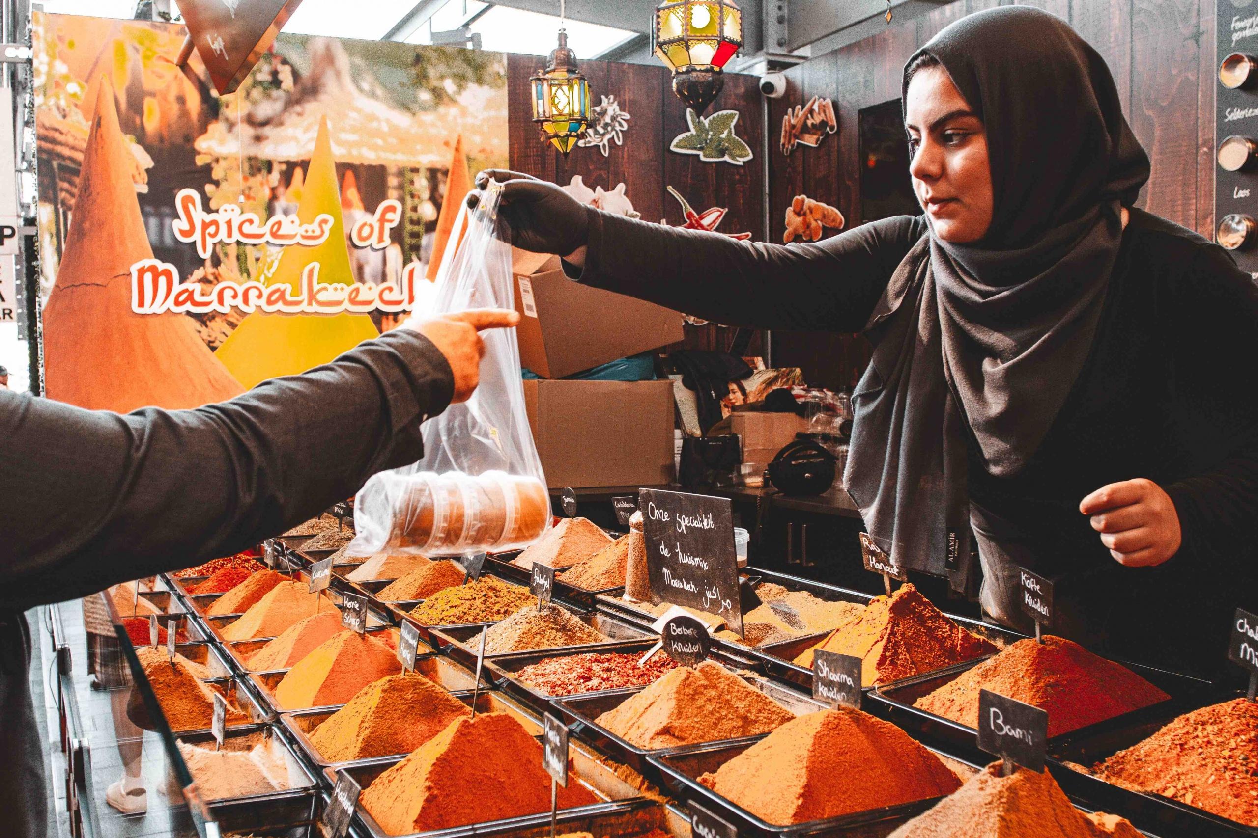 una ragazza che vende spezie