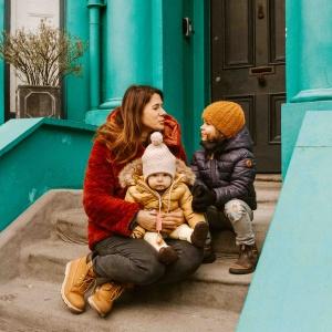 famiglia sulle scale di casa londinese color verde