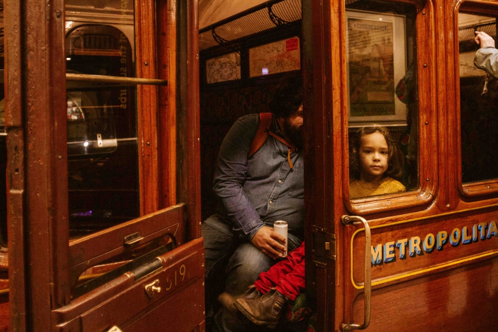 bambino dietro a finestrino di vecchia metropolitana