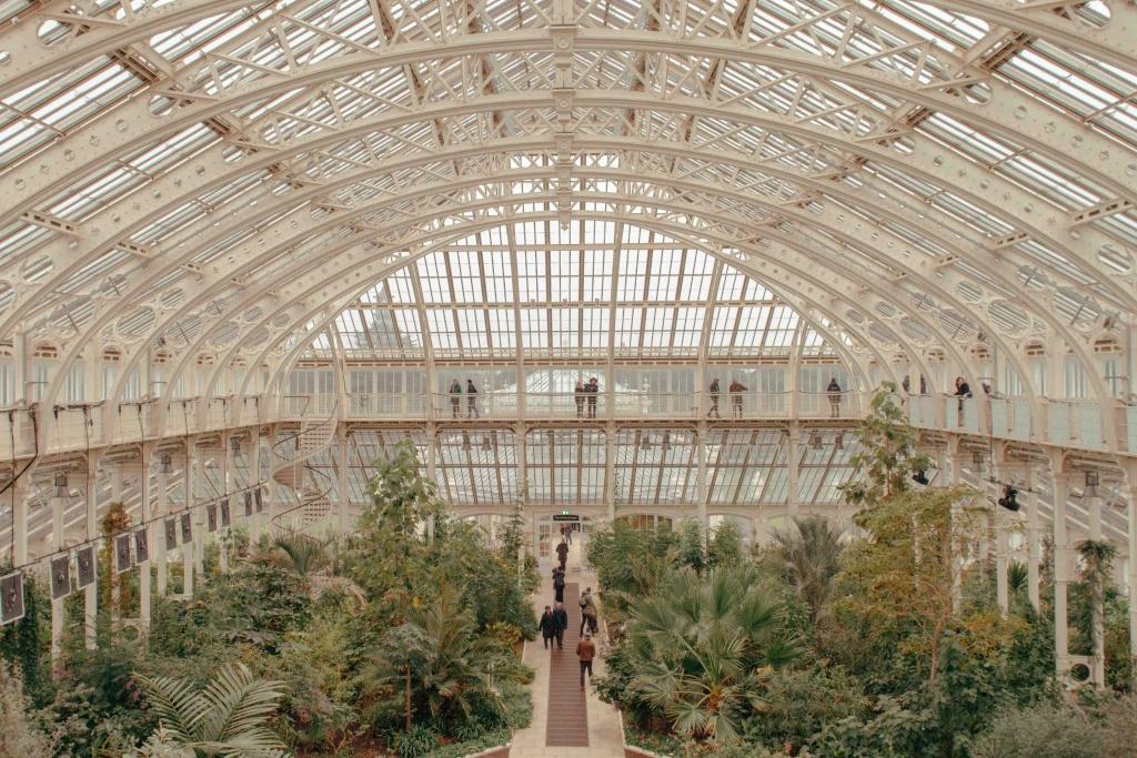 interno di grande serra in ferro e vetro con piante a Kew Gardens