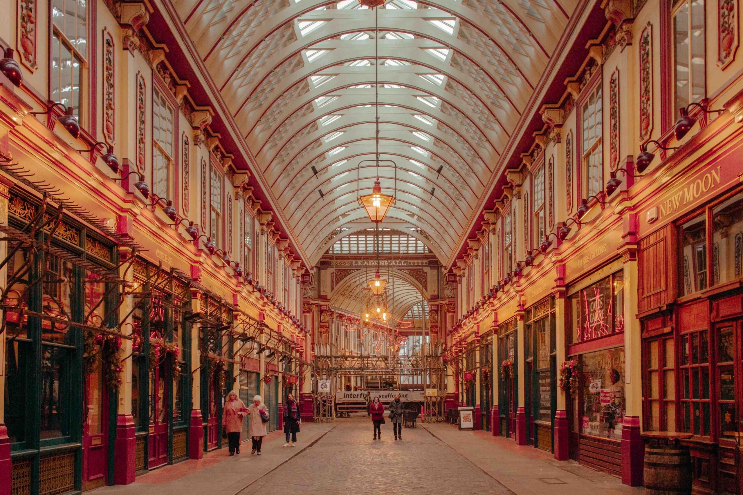 Leadenhall Market: galleria coperta decorata di rosso con tetto in vetro