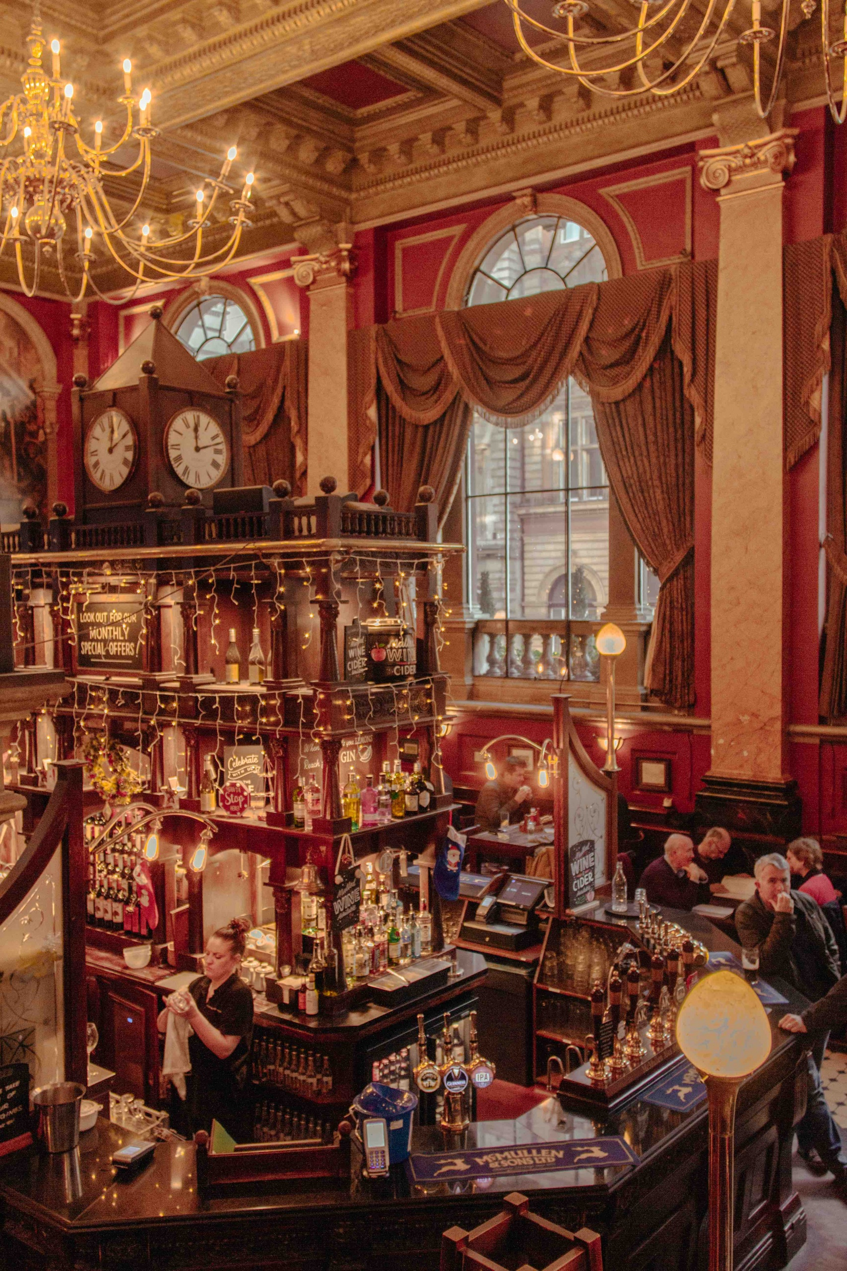 luoghi poco conosciuti di Londra: interno di pub con luci e grandi finestre