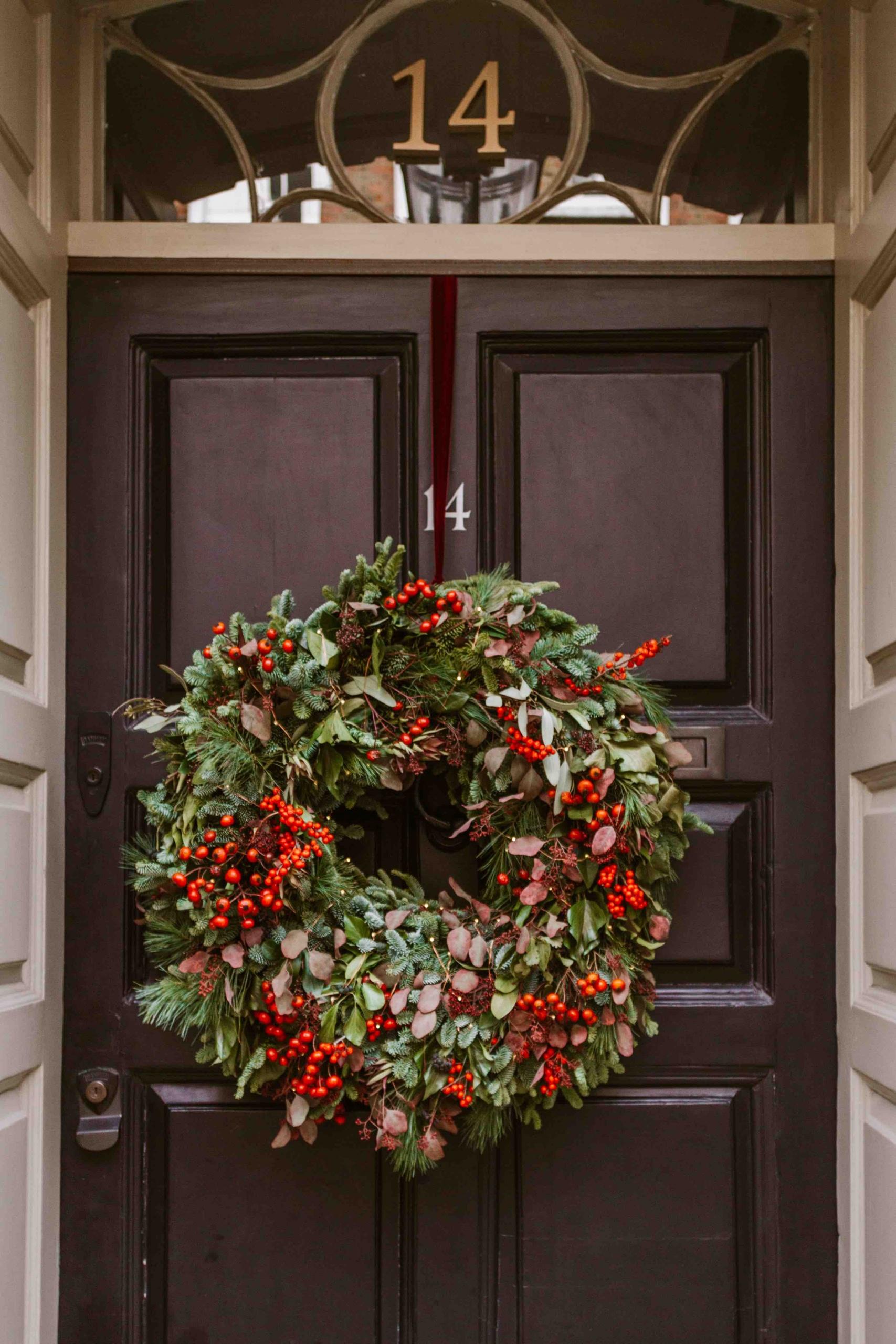Natale a Londra: ghirlanda natalisia su porta nera