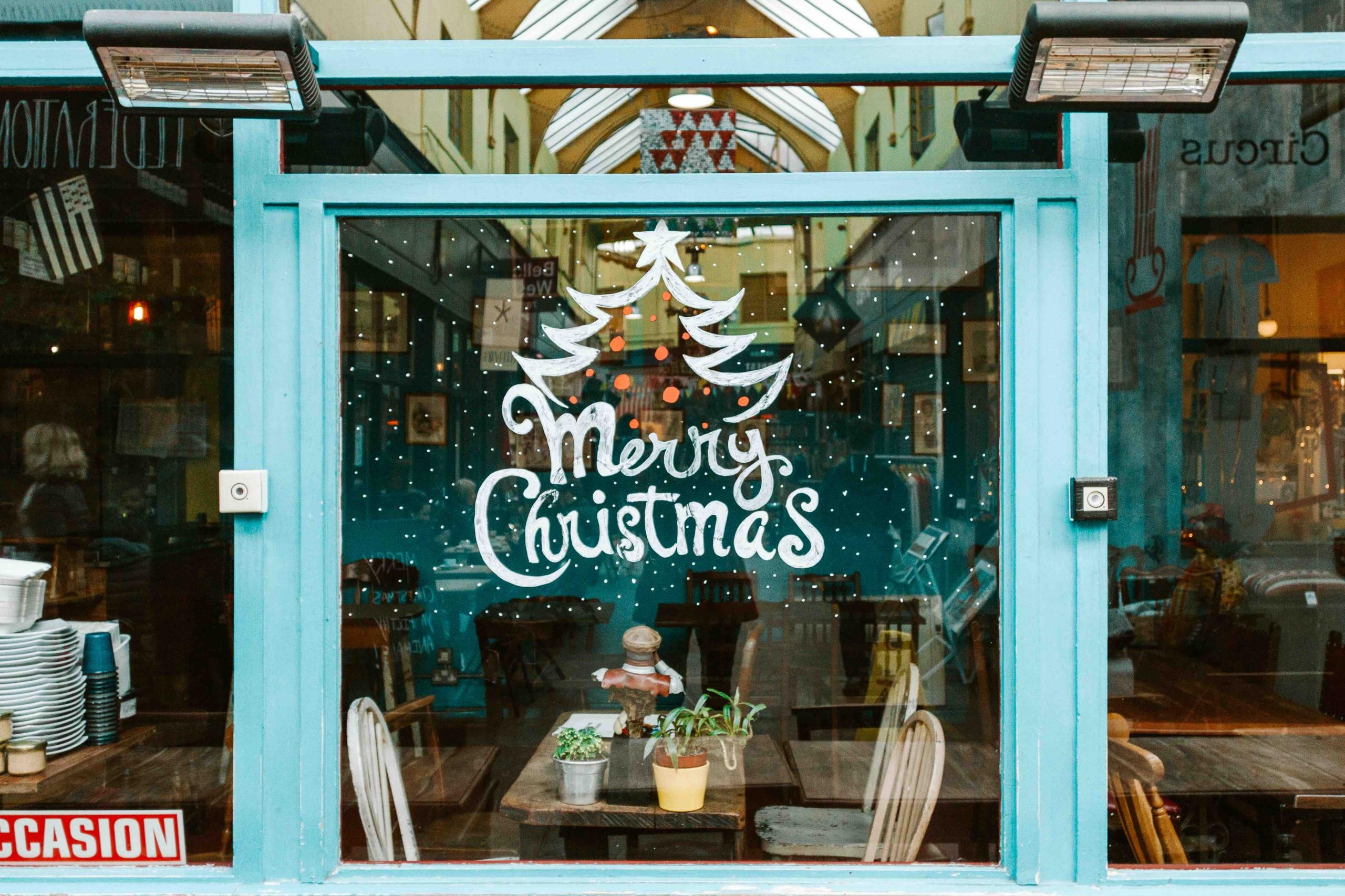 scritta Merry Christmas su vetrina