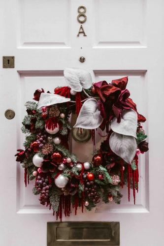 Ghirlanda natalizia su porta bianca