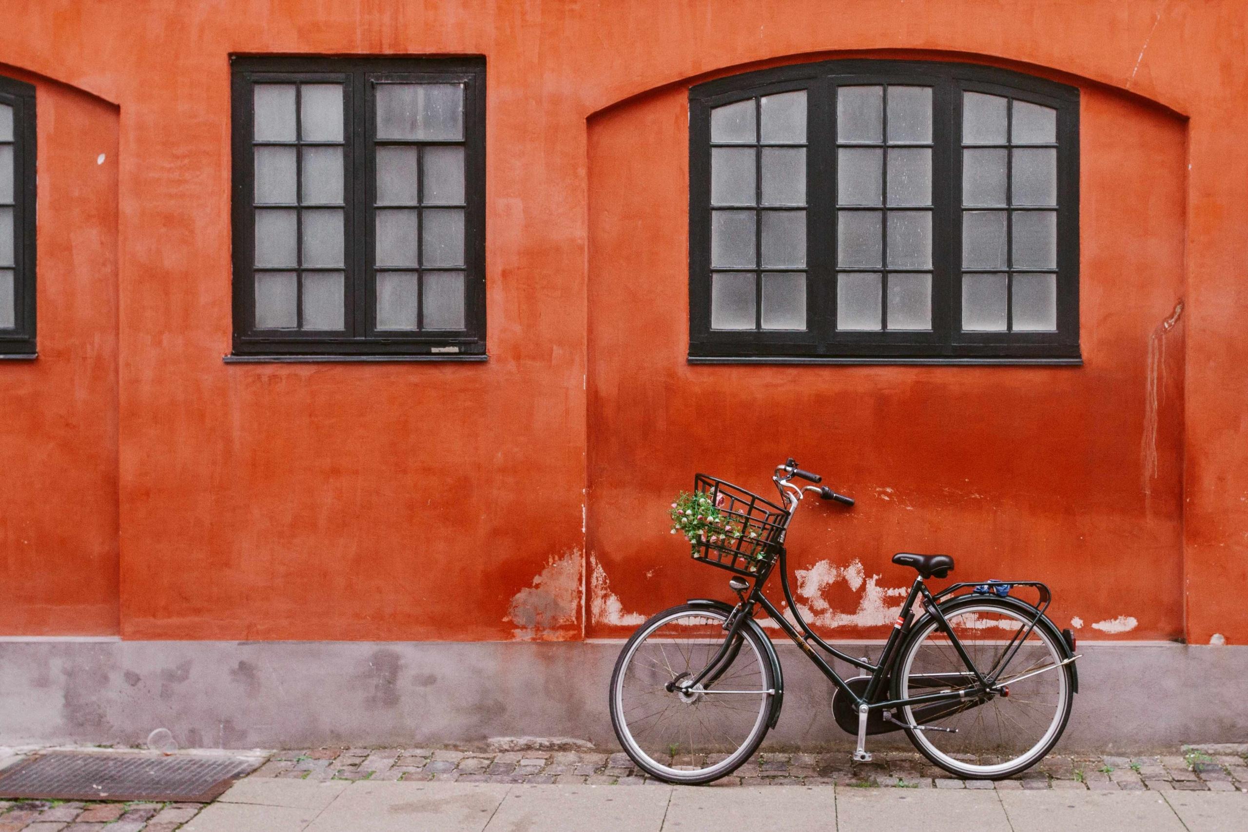 viaggi sostenibili: muoversi in bicicletta, bici appoggiata al muro