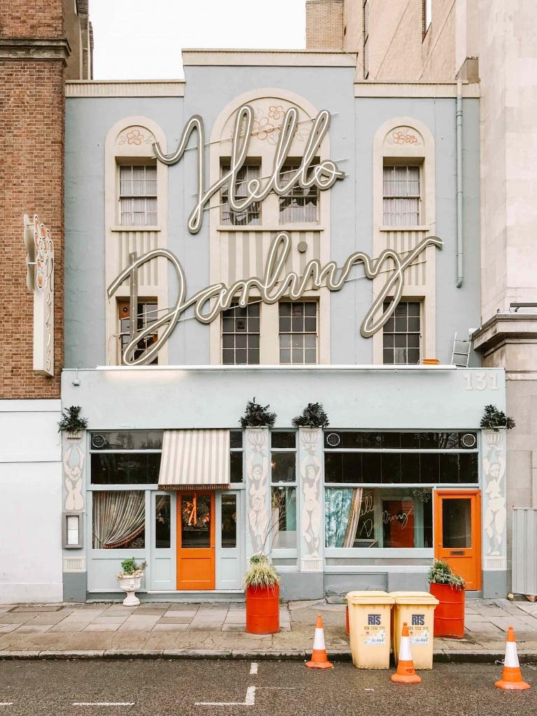 luoghi più belli da fotografare a Londra: facciata ristorante con scritta neon molto grande