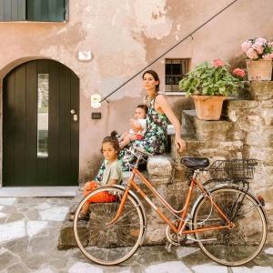 mamma con due bambini seduta su gradini