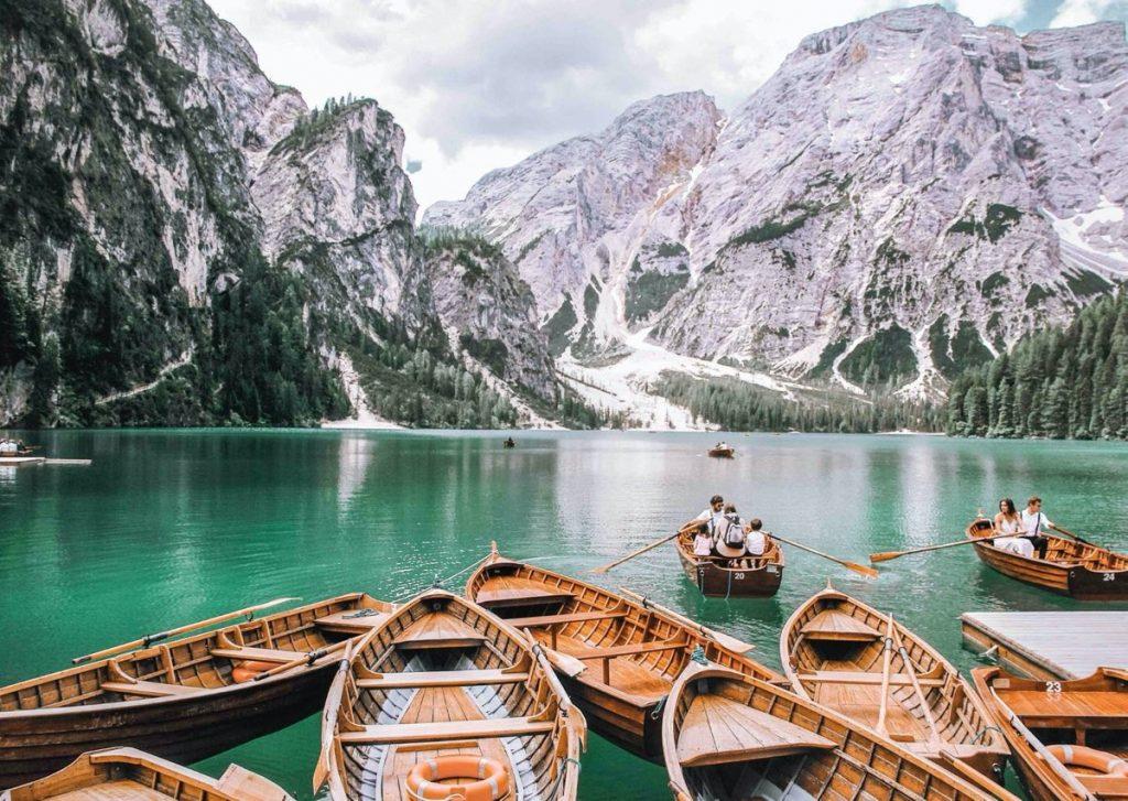 barche ormeggiate su lago
