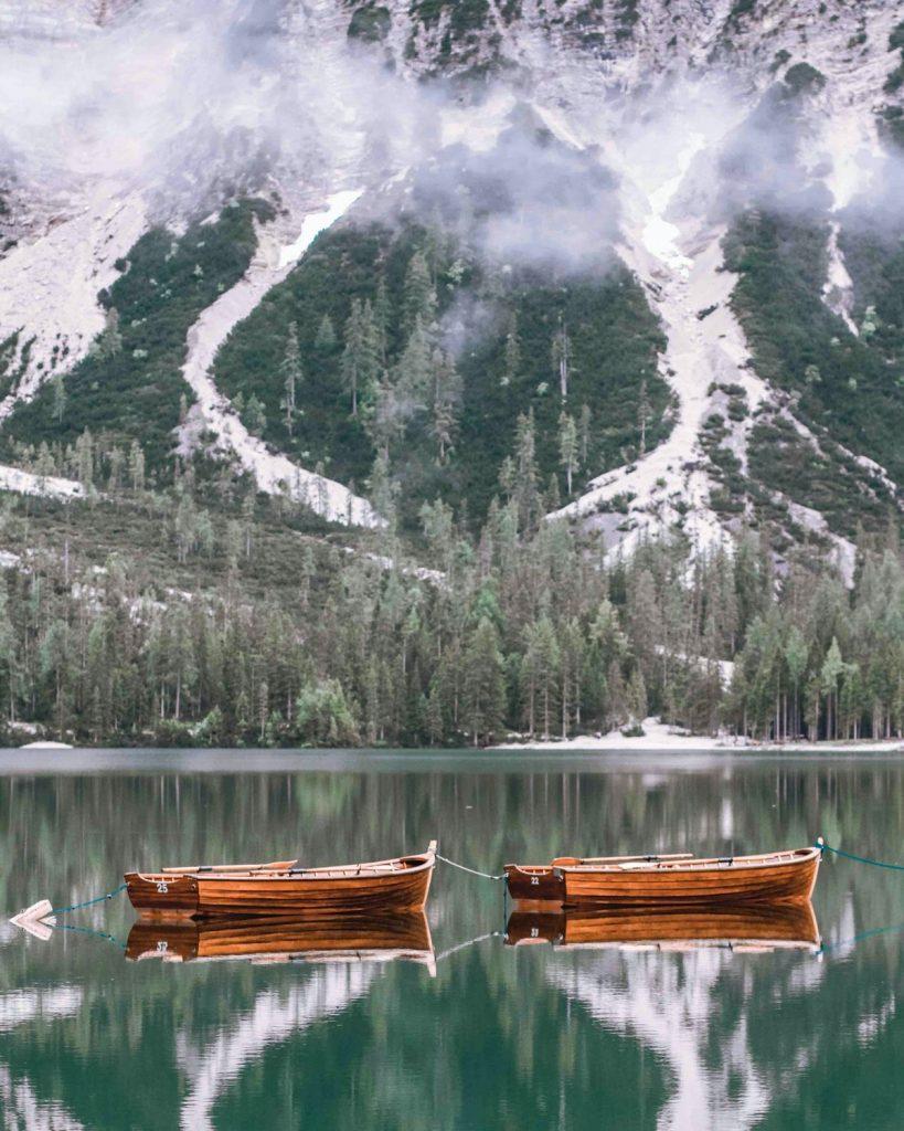 lago di braies con barche di legno