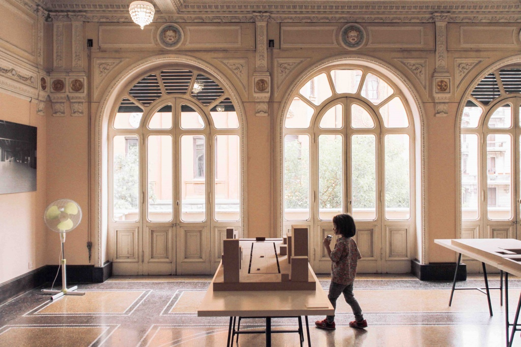 stanza del museo con grandi vetrate