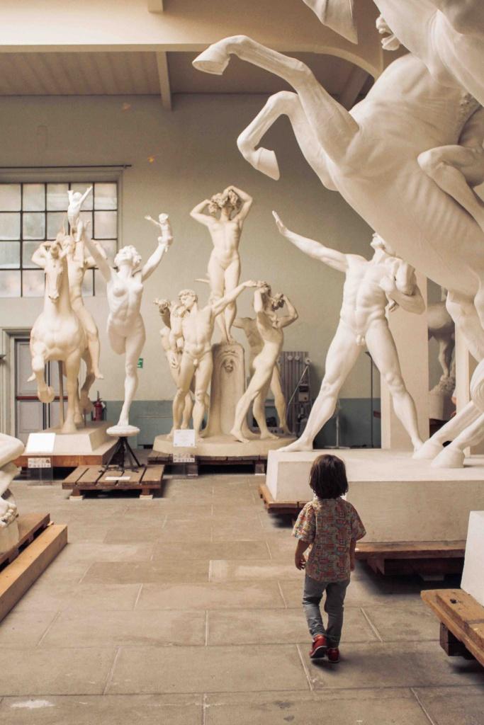 bambino visita il museo Hendrik Christian Andersen