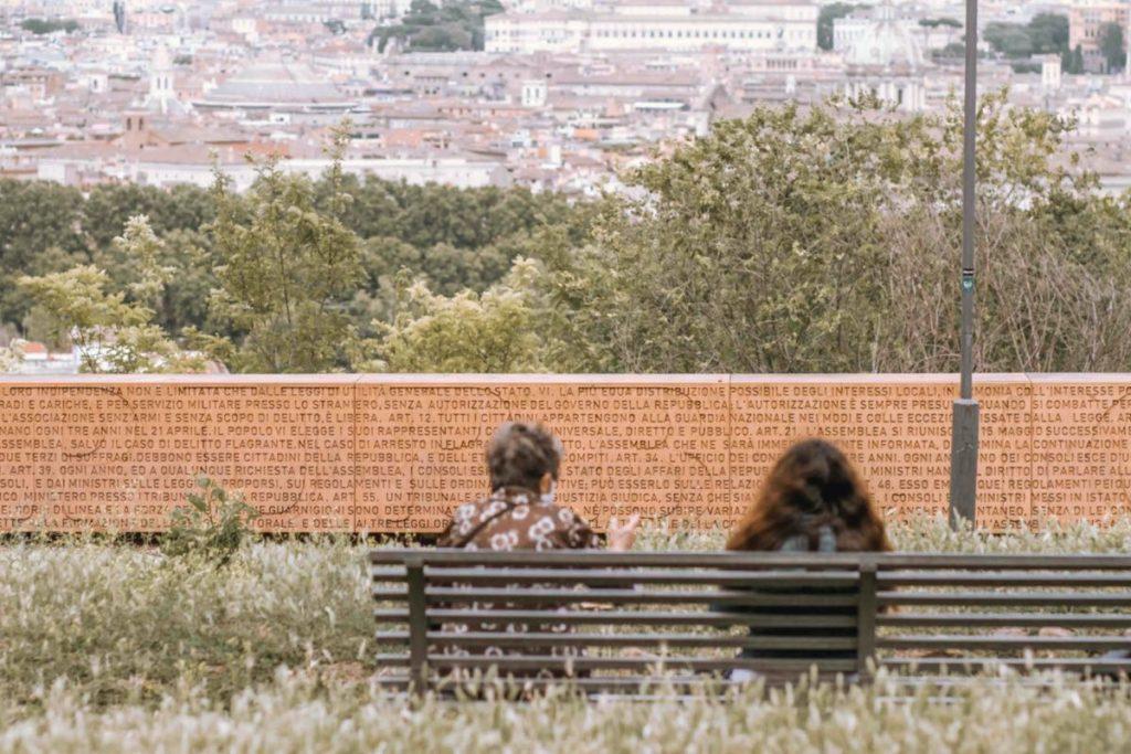 muro della costituzione della repubblica romana e vista su roma