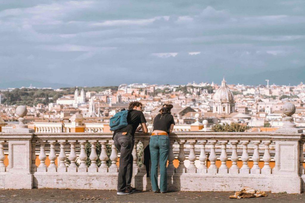 panorama e due ragazzi che ammirano la vista