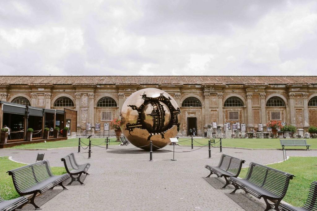 sfera nella sfera di pomodoro ai musei vaticani