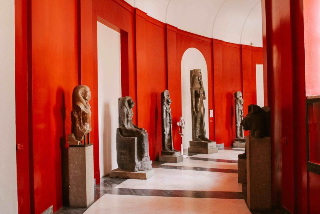 corridoio con statue egizie