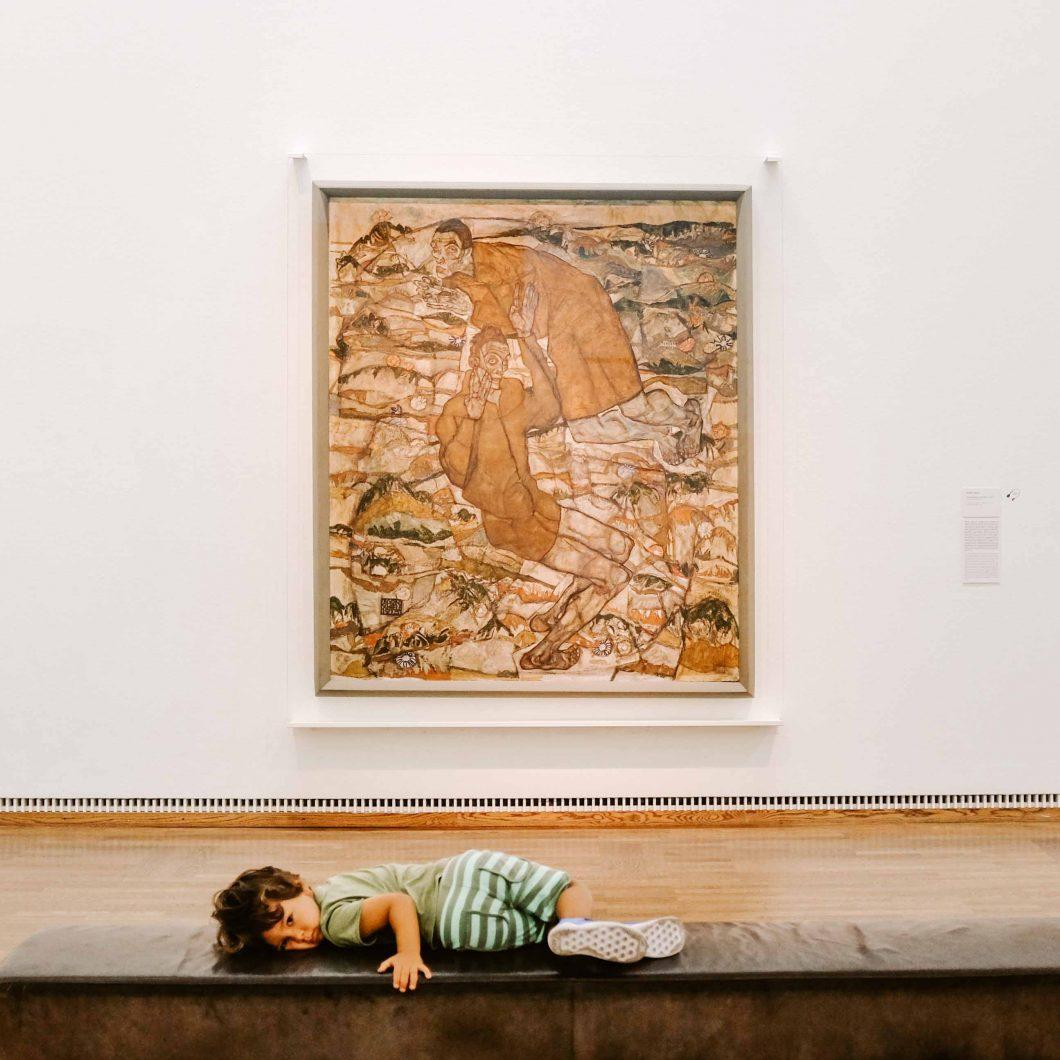 bambino guarda quadro di schiele