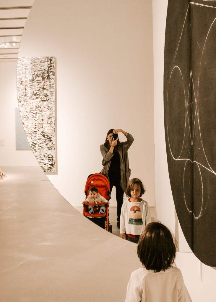 mamma visita mostra di arte contemporanea con i figli