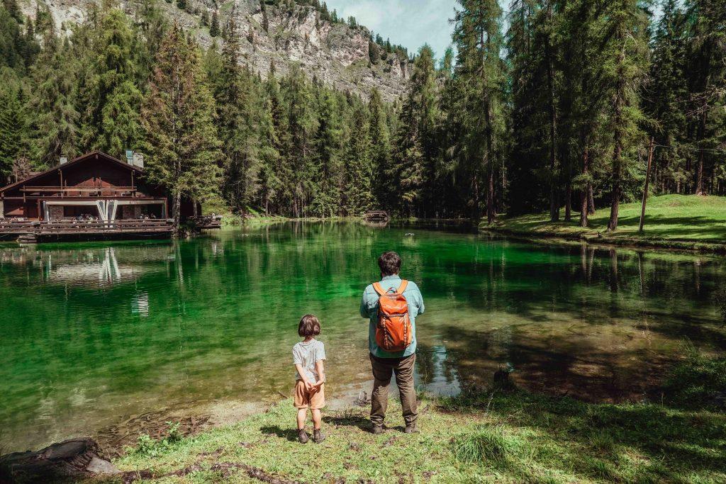 papà e figlio guardano lago cosa fare a cortina