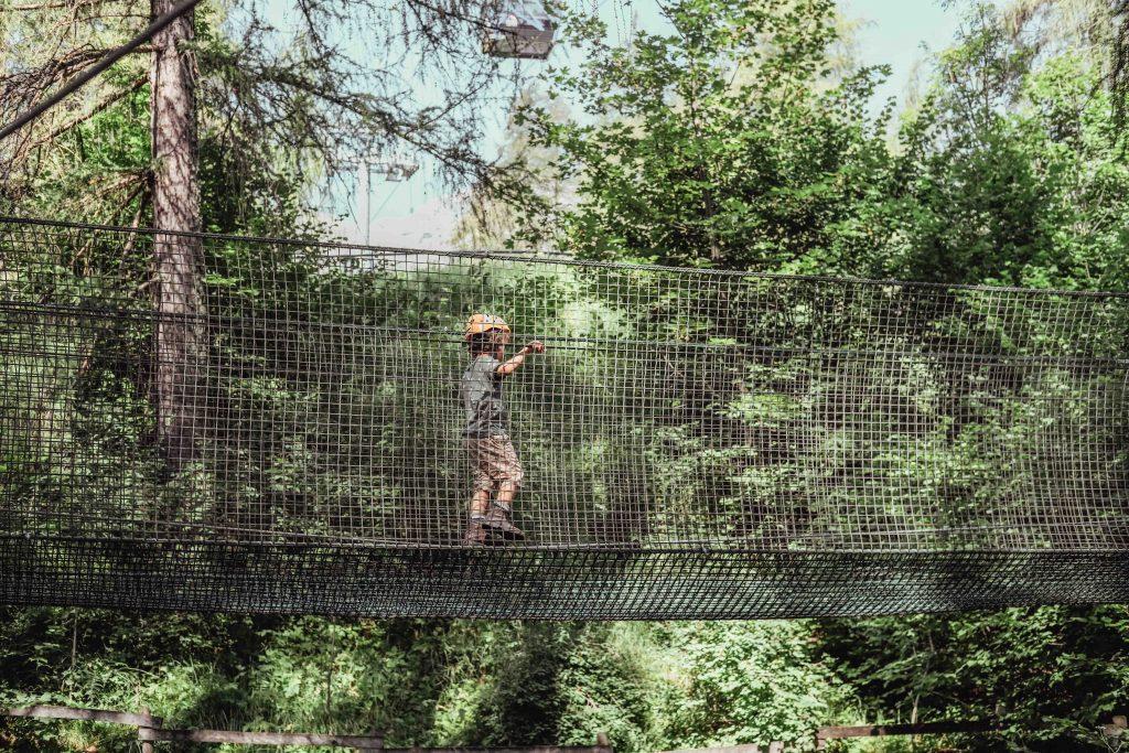 parco avventura cortina bambini cammina su ponte sospeso