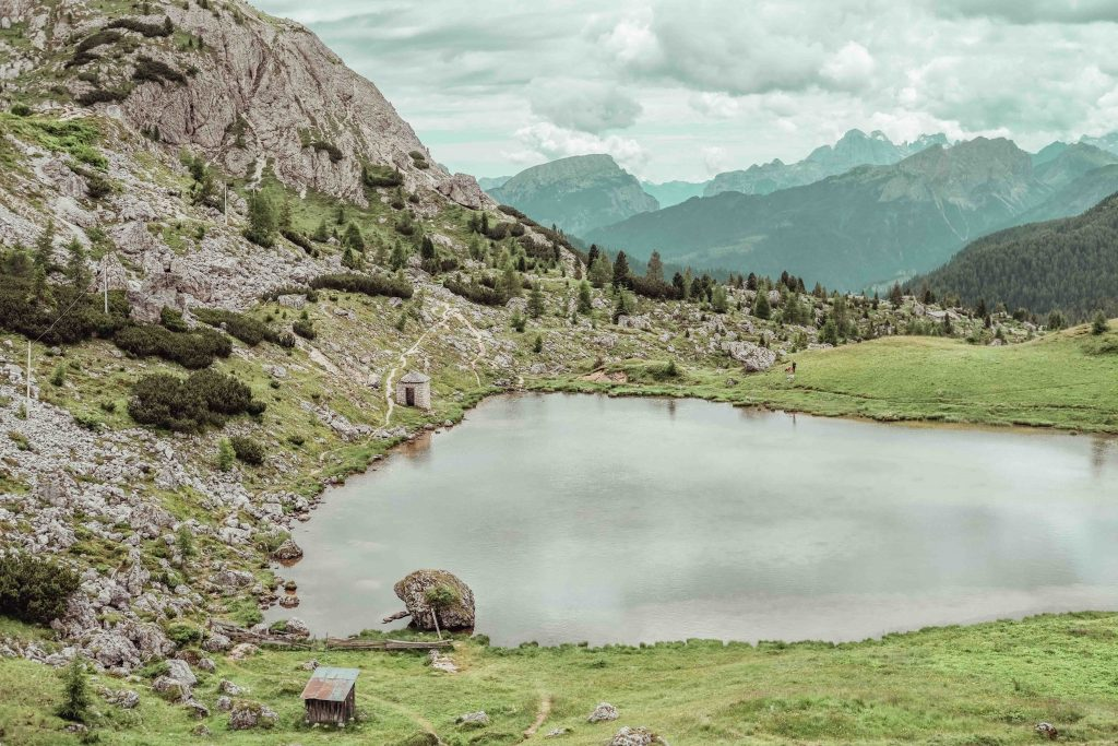 vacanza in montagna d'estate cosa fare lago valparola