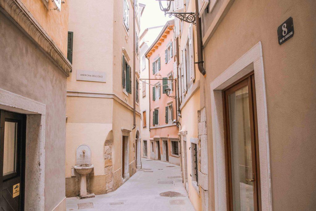 vicolo di Trieste con case colorate
