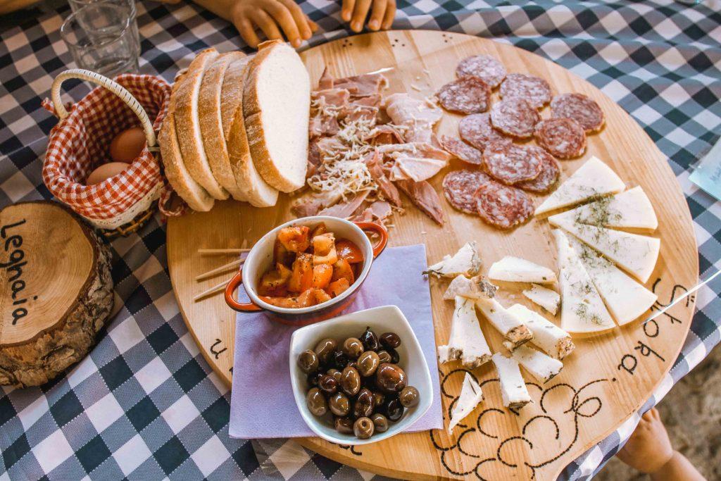 cosa mangiare a trieste: piatto di salumi e formaggi osmiza