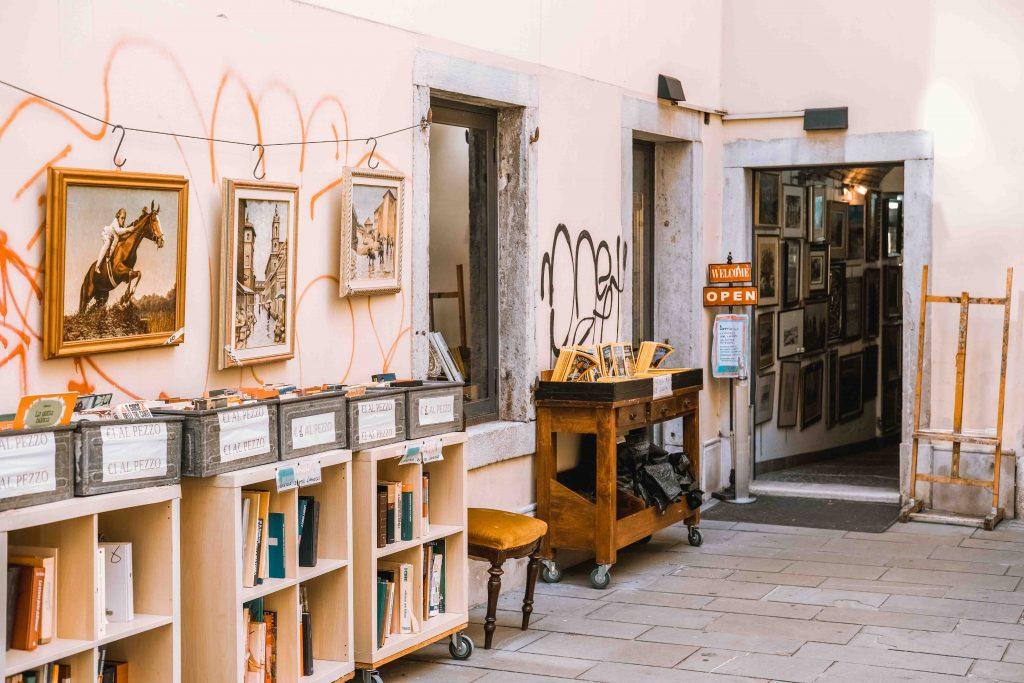 libri usati e quadri in strada di trieste