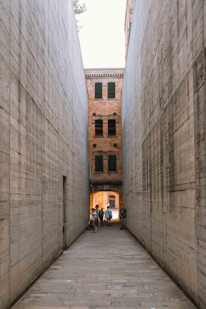 Entrata Risiera di San Sabba con alti muri di cemento