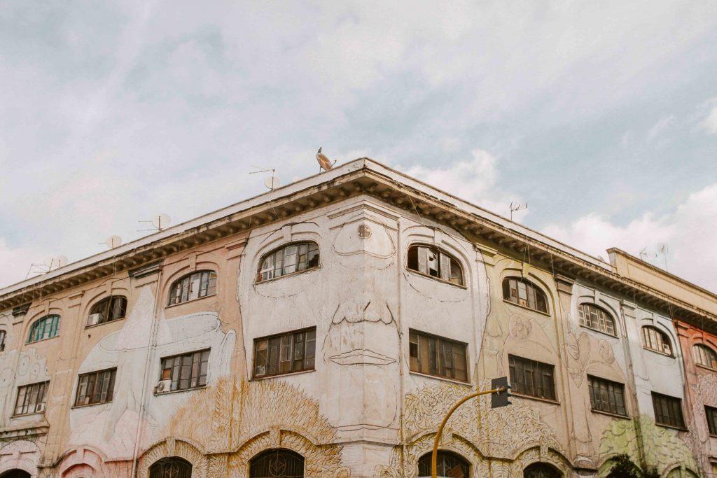 Quartiere Ostiense: murales su intero edificio artista Blue