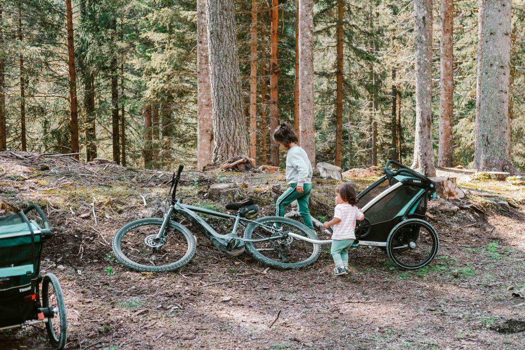 bici elettrica e trasportino per bambini