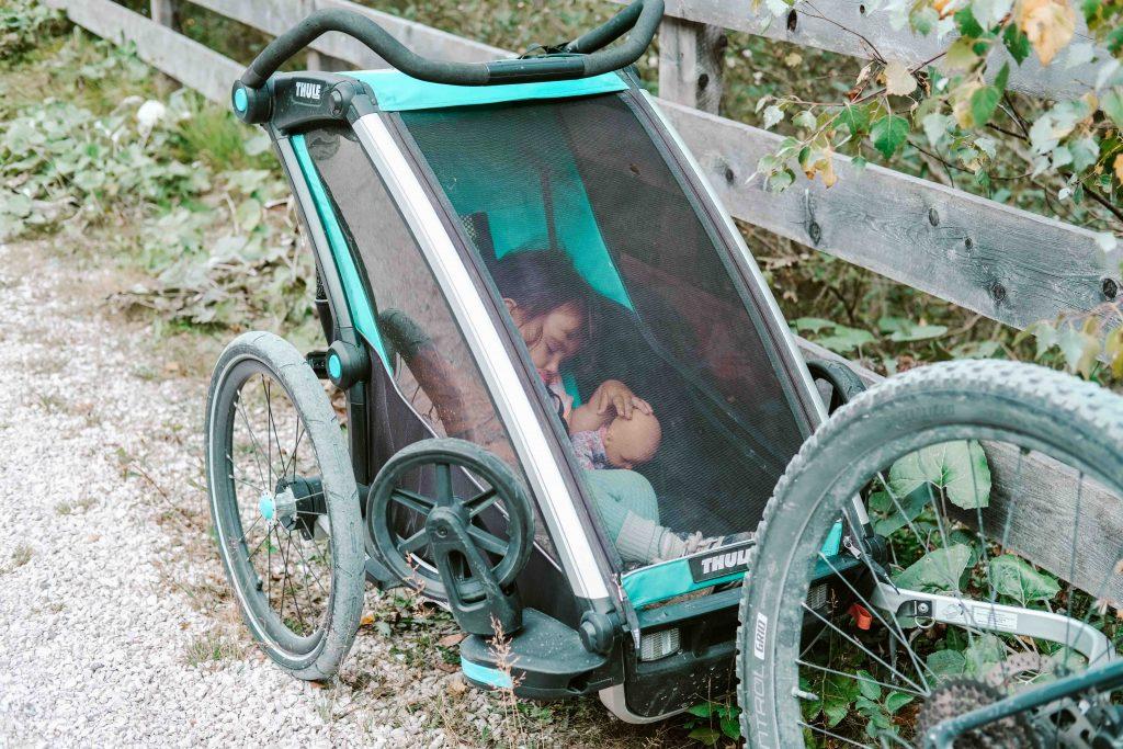 lunga via delle dolomiti bambini dorme nel trasportino della bici