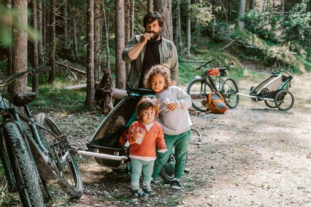 famiglia pausa e merenda lungo la ciclabile delle dolomiti