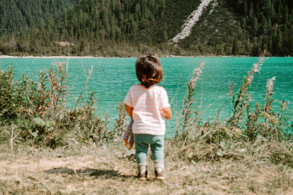 bambini di spalle in riva al lago di landro