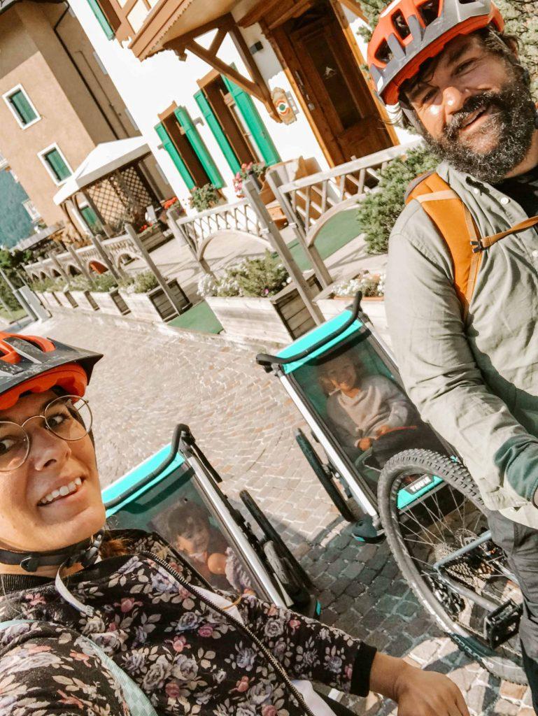 famiglia in partenza da cortina in bici