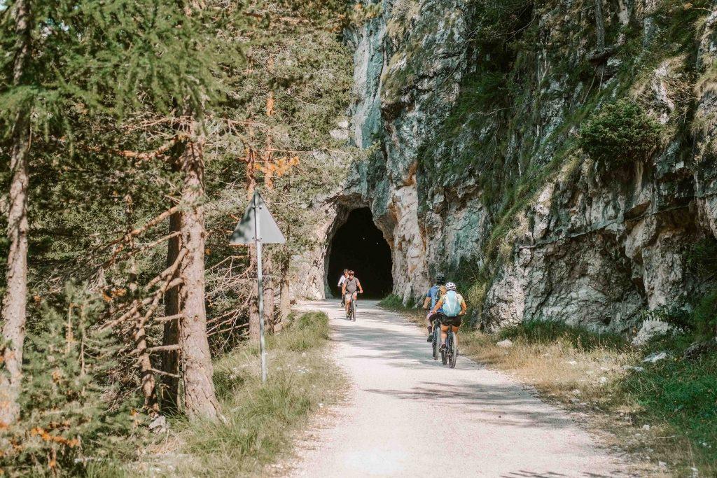 ciclabile delle dolomiti tunnel nella roccia e cicilisti