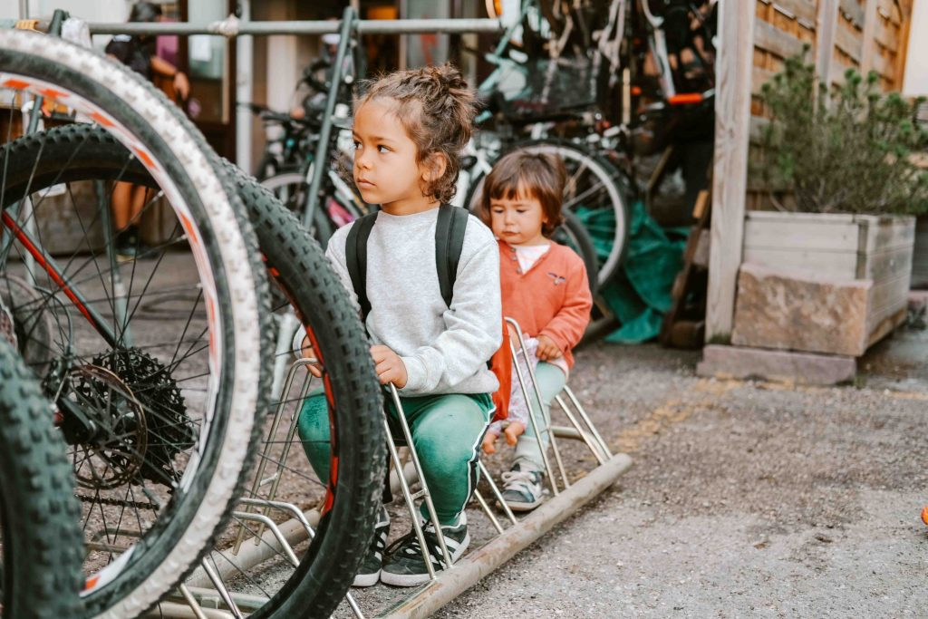 bambini che aspettano in negozio di bici