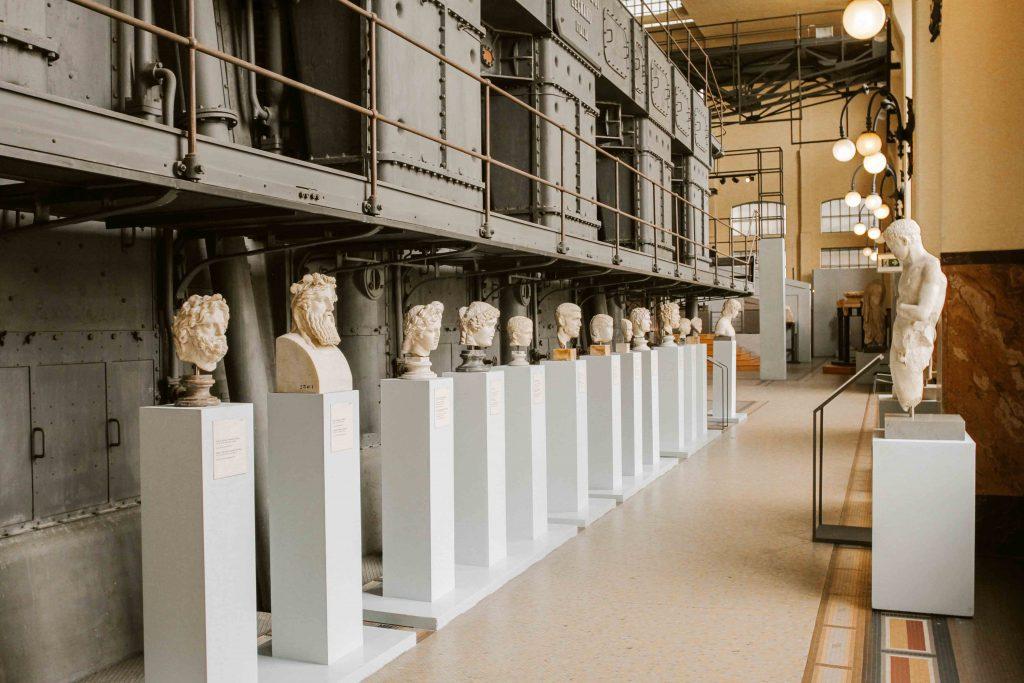 interno della Centrale Montemartini con statue antiche e macchinari