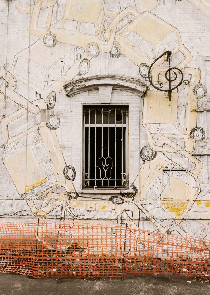 murales su edificio abbandonato