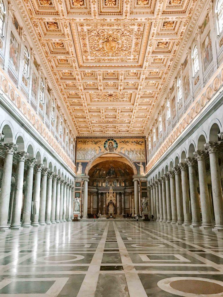 interno basilica con enorme navata vuota