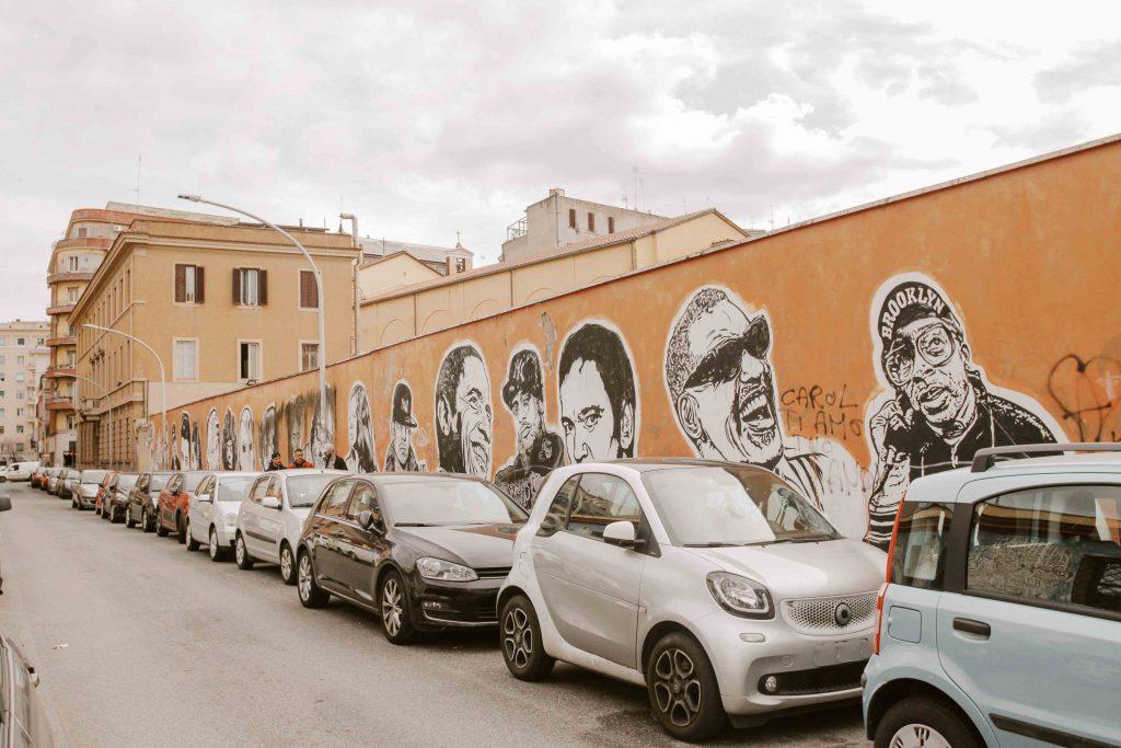Lungo muro con volti famosi e non murales street art