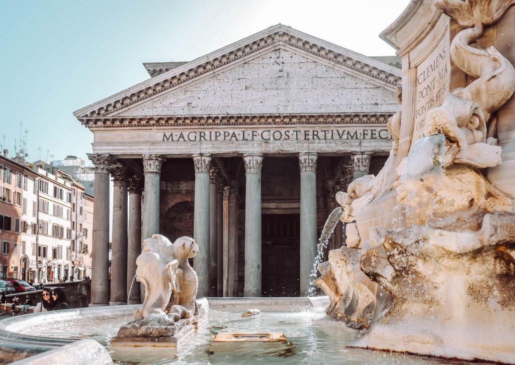 fontana e sullo sfondo il pantheon