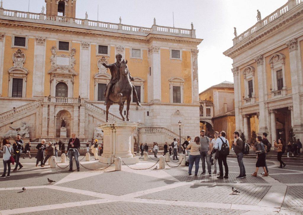 piazza del campidoglio con statua equestre al centro
