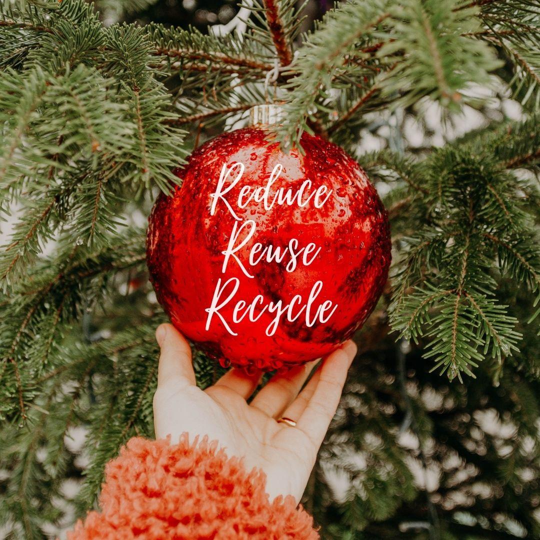 idee regalo sostenibili grande pallina di natale rossa con scritta reduce reuse recycle