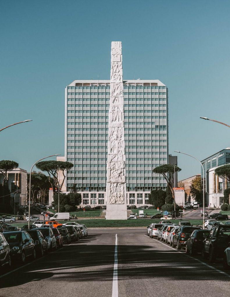 alto obelisco bianco con altorilievi