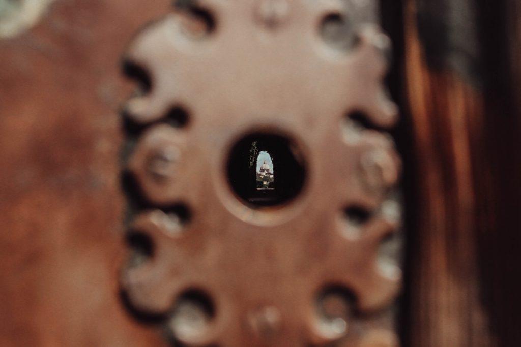 buco della serratura da cui si vede la cupola di san pietro